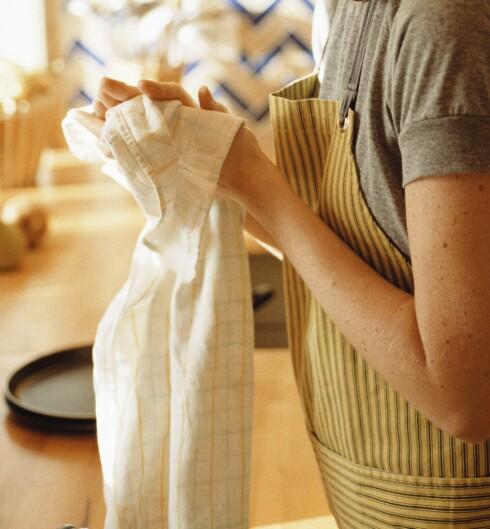 <strong>BRUK PAPIR:</strong> Kjøkkenhåndkledet skal kun brukes til å tørke rent og vasket kjøkkenutstyr, tallerkener e.l.  Foto: Colourbox.com