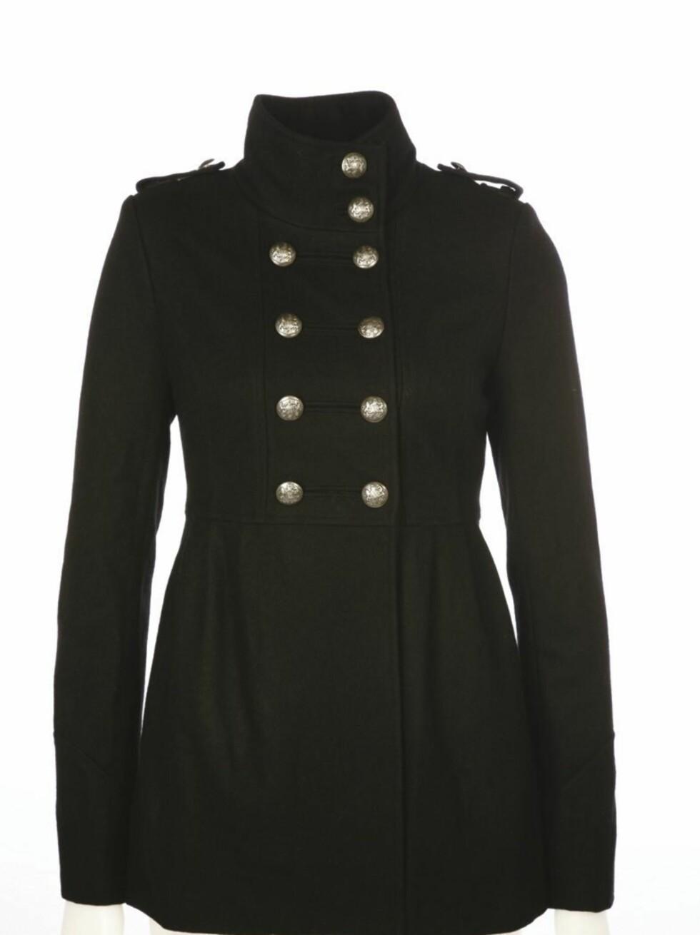 Militær-inspirert jakke med tøffe knapper (kr 800, Cubus).