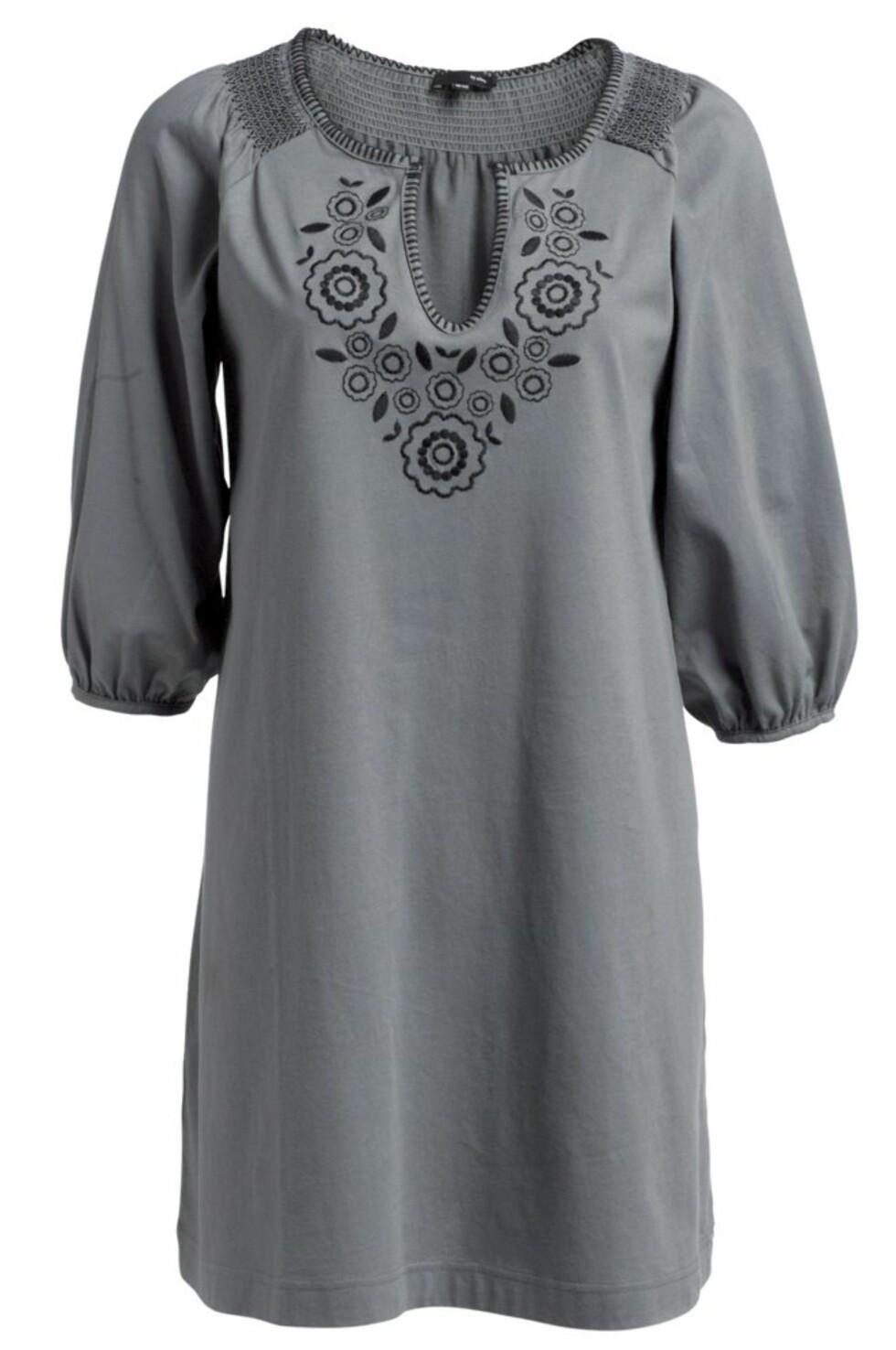 Deilig grå tunika med svart mønster (kr 150, Ellos).