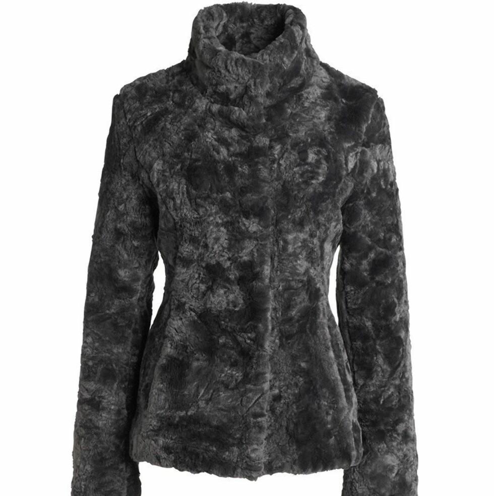 Grå jakke i fuskepels (kr 700, KappAhl).