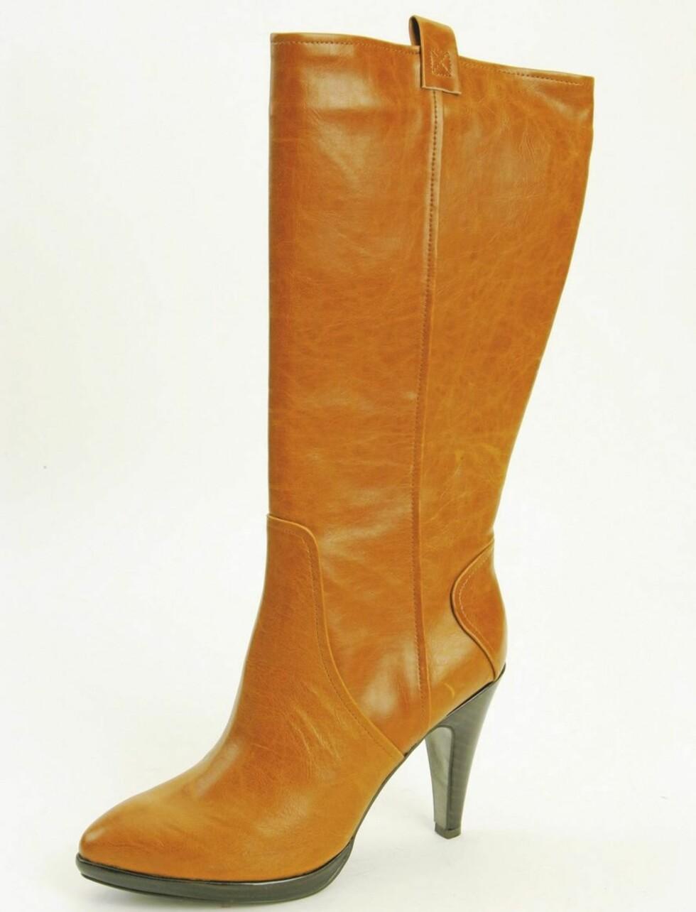 Lekker kamelfarget støvlett med svart hæl (kr 500, Ellos).