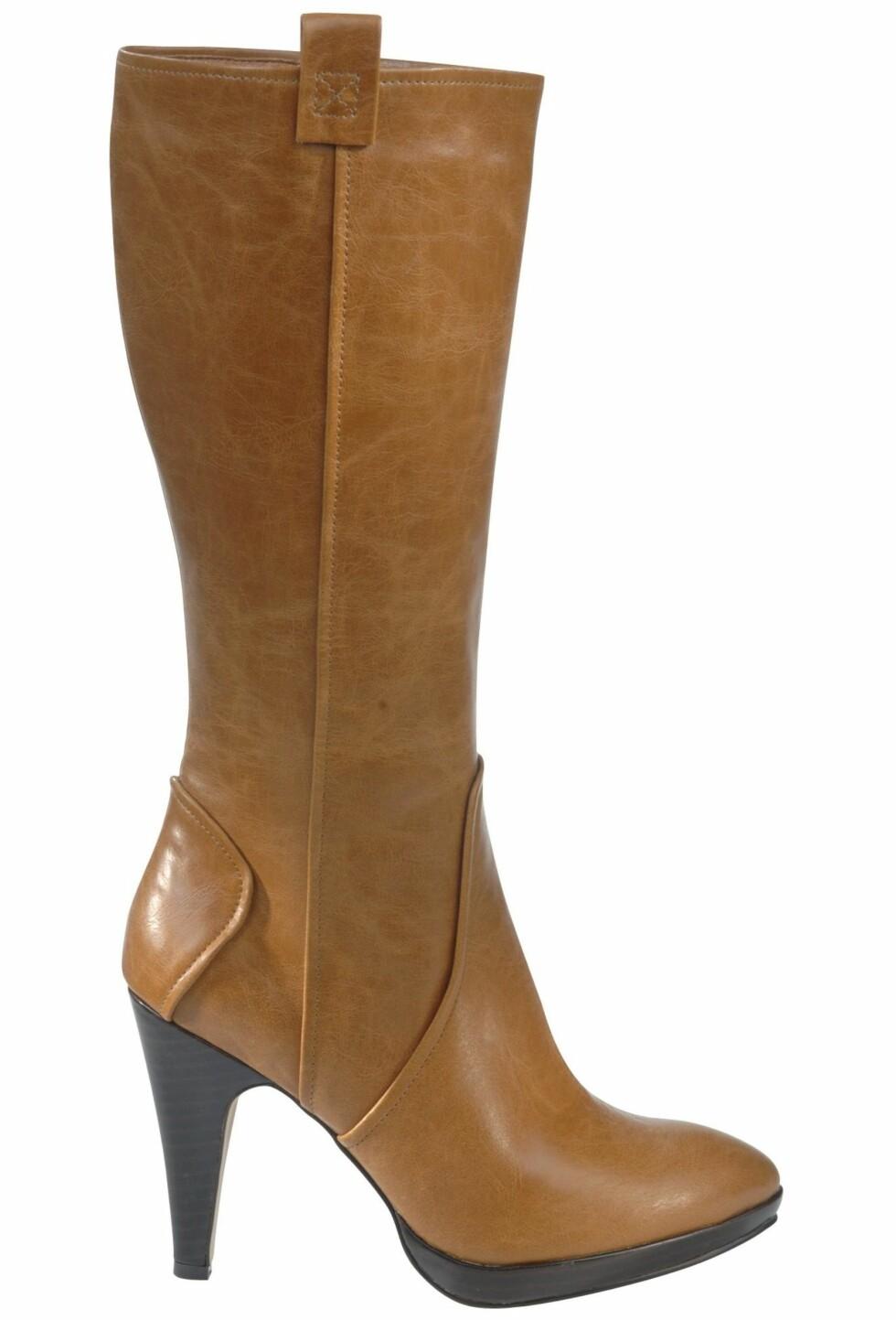 Med høy hæl i trendy farge (kr 500, Ellos).