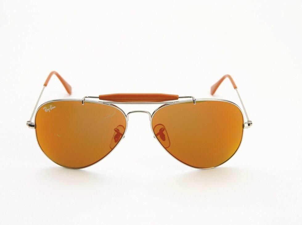 Gylne 70-tallsbriller (kr 800, Ray Ban).