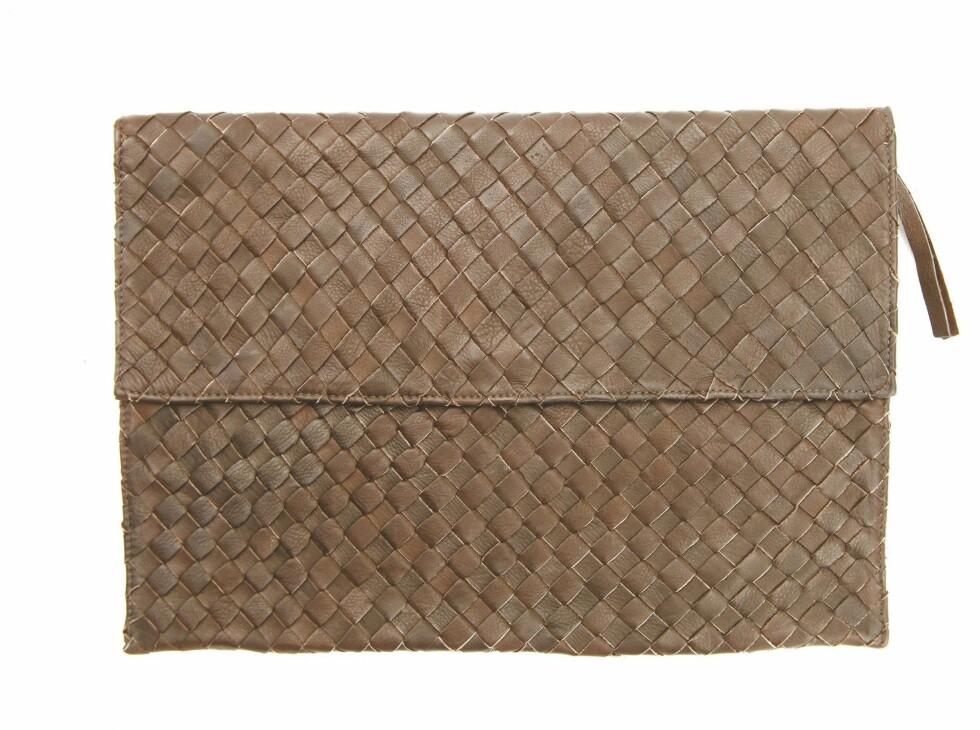 Stor flettet clutch (kr 1700, Black Lily).