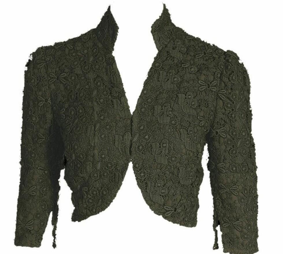 Grå kort jakke med blonder (kr 2700, Kameleon).