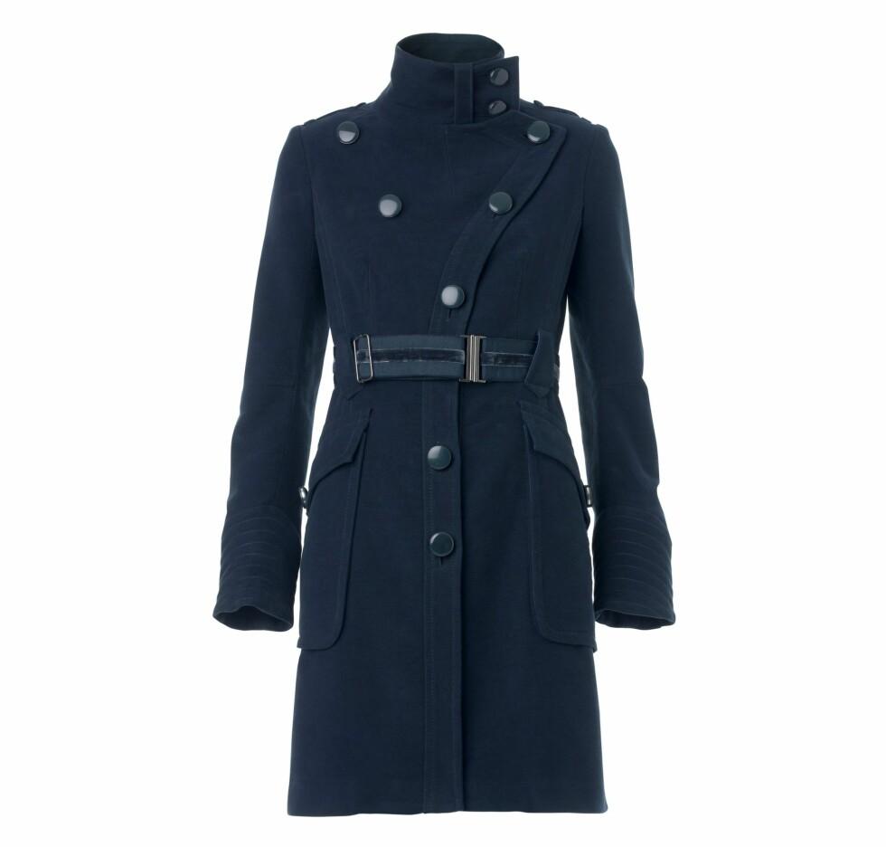 Blå kåpe i uniformstil (Mango).