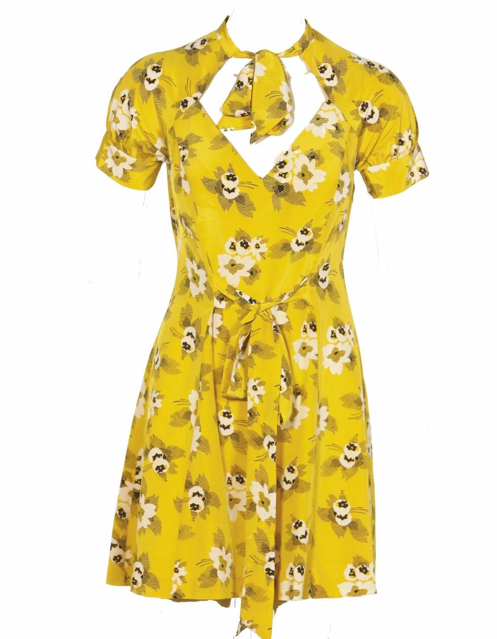 Gul kjole med blomster - perfekt når du skal drikke limonade i hagen (kr 3150, What Comes Around Goes Around).