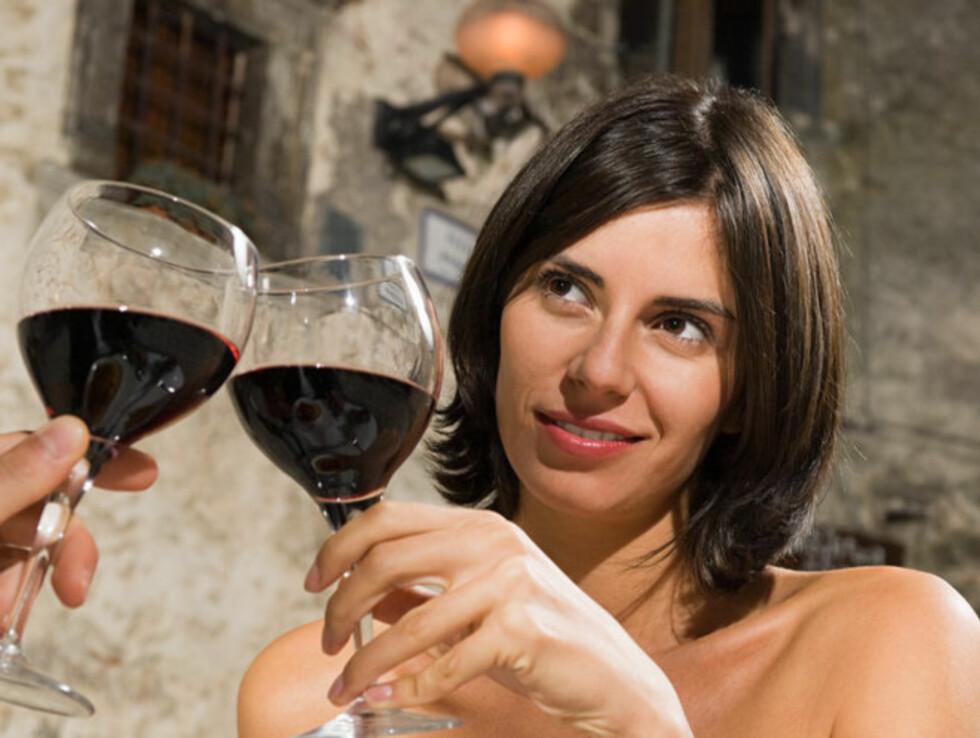 En italiensk studie viser at kvinner som drikker 1-2 glass vin om dagen er mer fornøyd med sexlivet sitt enn de som ikke gjør det. Foto: Image Source