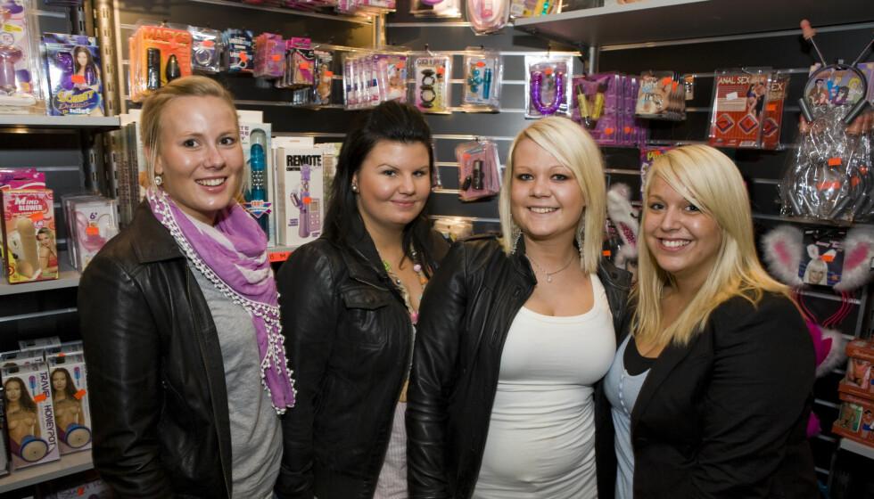 Jentegjengen har funnet veien til Sexhibition for første gang. (F.v.) Janita Holmquist, Torill Snarheim, Berit Friksen Korsmo, Carina Dyreng.  Foto: Per Ervland