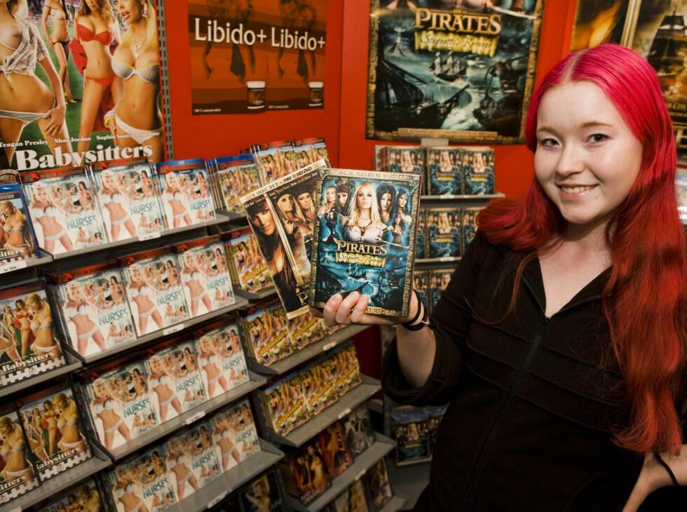 Camilla Lohne fra Lekshop.no viser frem noen DVD-er. Foto: Per Ervland