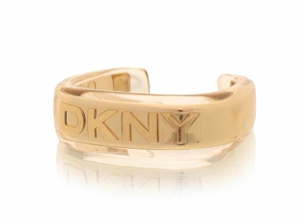 Tøft armbånd med logo (kr 1396, DKNY/Nelly.com).