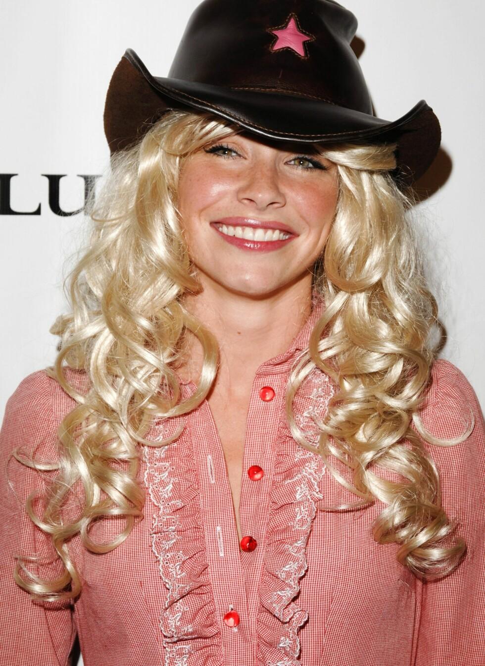 Lost-stjernen Evangeline Lilly trøkker ikke bare til med en blond, bølgete parykk, men tar countrystilen helt ut med en cowboyhatt.  Foto: All Over Press