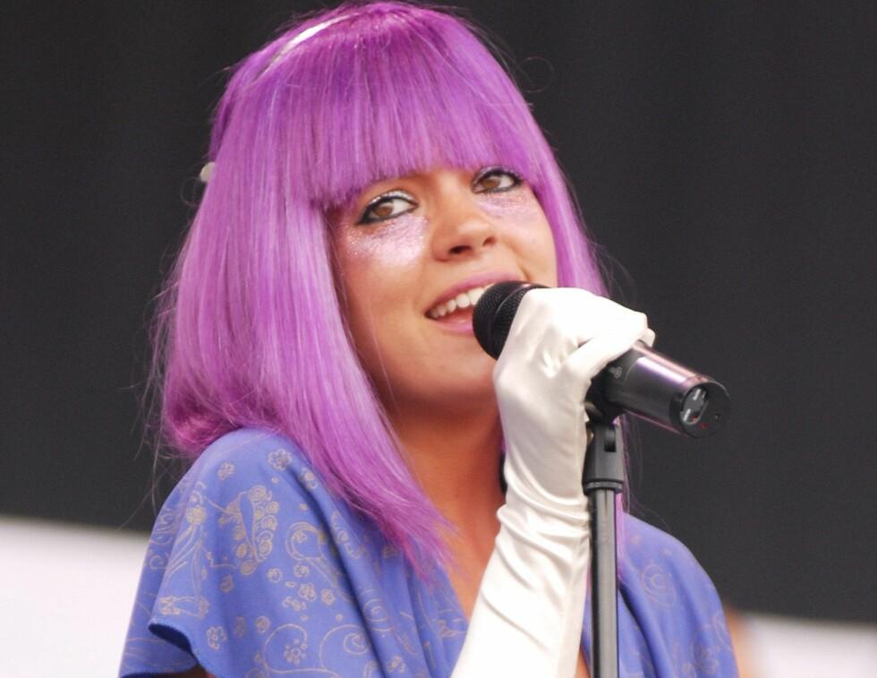 Den britiske popstjernen Lily Allen har tidligere vist seg med ulike parykker. Da hun nylig opptrådte på Glastonburyfestivalen valgte hun dette lilla juksehåret.  Foto: All Over Press