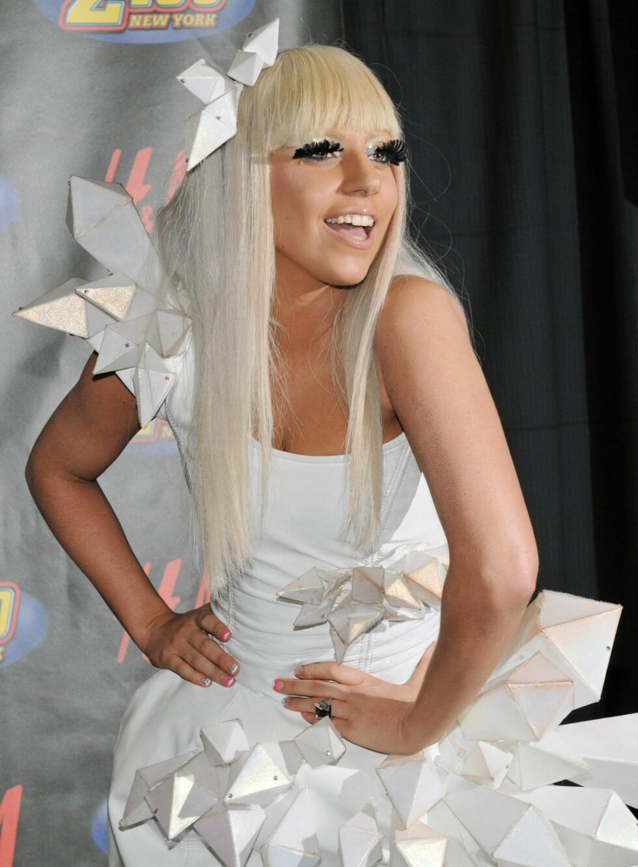De færreste rangerer trolig Lady GaGa som et av sine viktige stilikon. Men enten vi liker henne eller ikke - jenta selger mye plater. Hun er ram i klesveien, og er ofte å se med parykk på hodet.  Foto: All Over Press