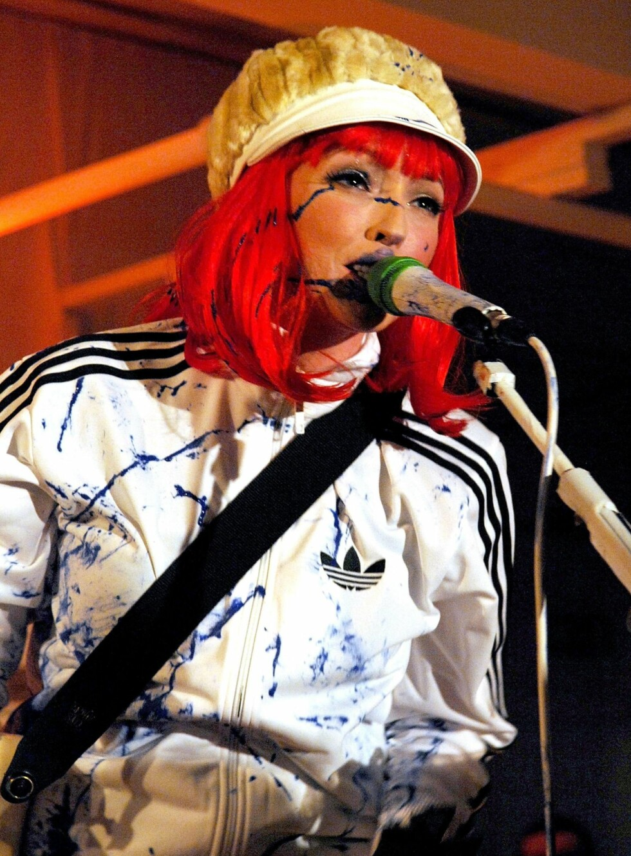 Katie White er vokalist i The Ting Tings. Hun skifter gjerne ut sin naturlige hårfarge med noe som lyser opp på scenen, som denne postkasserøde parykken.   Foto: All Over Press