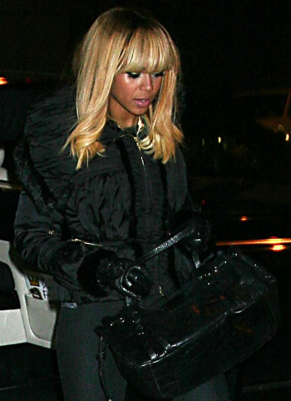 Onde tunger vil ha det til at Beyoncé titt og ofte bruker parykk for å late somhåret hennes er fyldigere og vakrere hår enn det egentlig er. Med denne blonde parykken prøver hun ihvertfall ikke å late som håret er ekte.  Foto: All Over Press