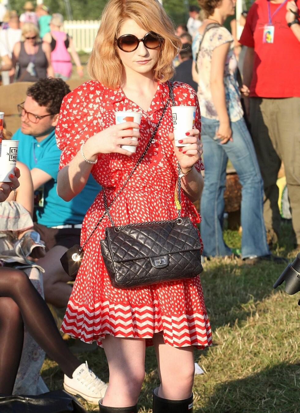 Artist og makeupdesigner Nicola Roberts ser superkul ut på Glastonbury-festivalen. Hun hr kledd seg opp med en retro vintage-kjole, solbriller og Hunter-støvler. Motetipset: Ikke undervurder festivalfottøyet. Dropp stilletter eller sko det er vondt å gå i. Støvler er praktisk og kult.   Foto: All Over Press