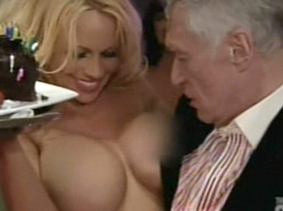 BLIKKFANGERE: Pamela Anderson ser ut til å ha fanget Hugh Hefners oppmerksomhet.  Foto: All Over Press