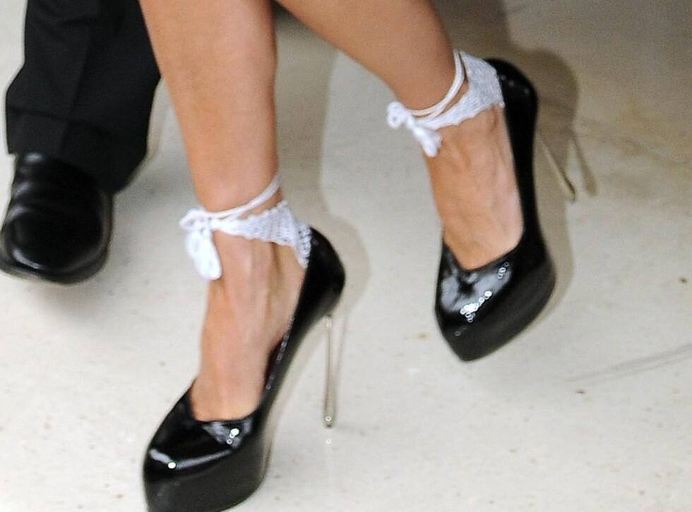 PRIKKEN OVER I-EN?: Victoria Beckham iført skyhøye metalliske plattformsko fra Dsquared2 og hvite små bånd rundt anklene. Foto: All Over Press