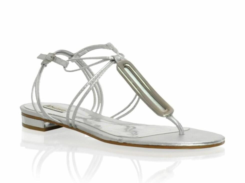 Flate sandaler som blir fine til cityshorts (kr 600, Dune/Asos.com).