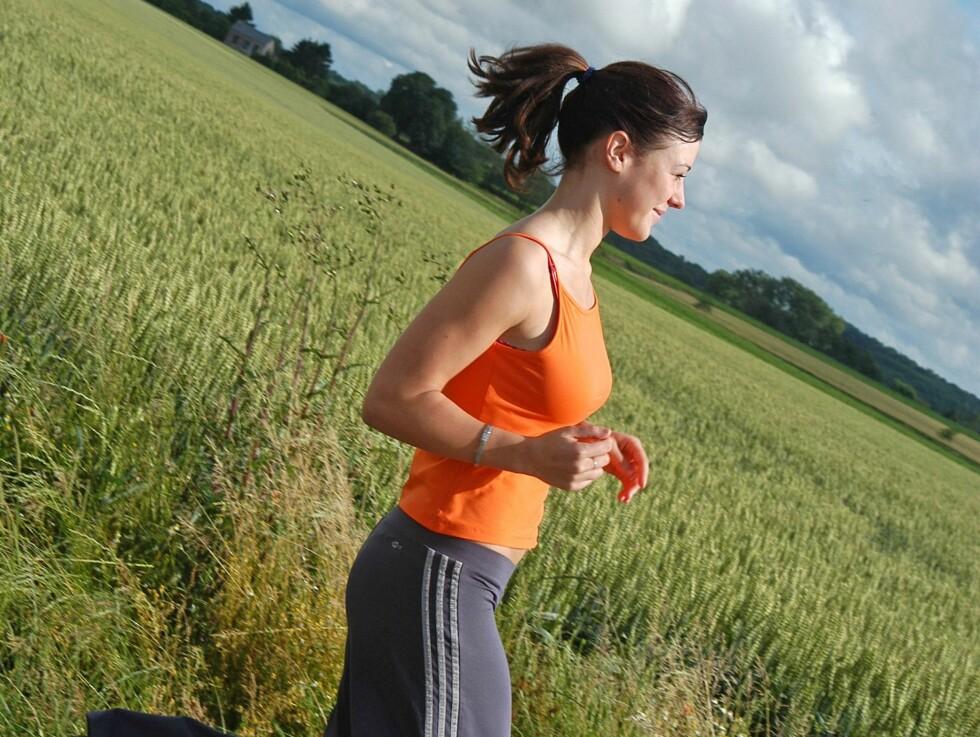 Australsk forskning viser at kvinner som trener jevnlig, ofte har mindre menstruasjonssmerter. Foto: Colourbox.com