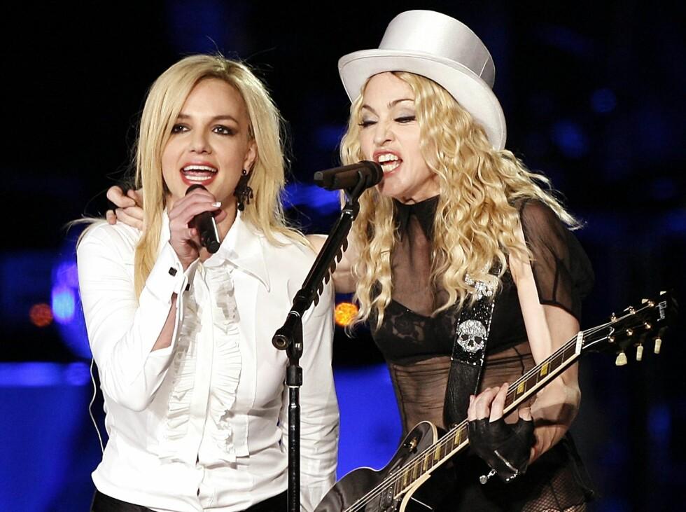Britney og MadonnaDe to megastjernene sendte sjokkbølger gjennom TV-skjermene da de låste lepper under MTV Movie Awards i 2003. Men Madonna (50) og Britney (27) stoppet ikke der. I 2007 skal Britney visstnok ha hatt litt toppløs moro sammen med sin personlige assistent Shannon Funk (23). Og Madonnas bror hevder at søsteren hadde en kosestund med skuespillervenninnen Gwyneth Paltrow (36) under en fest. Foto: All Over Press