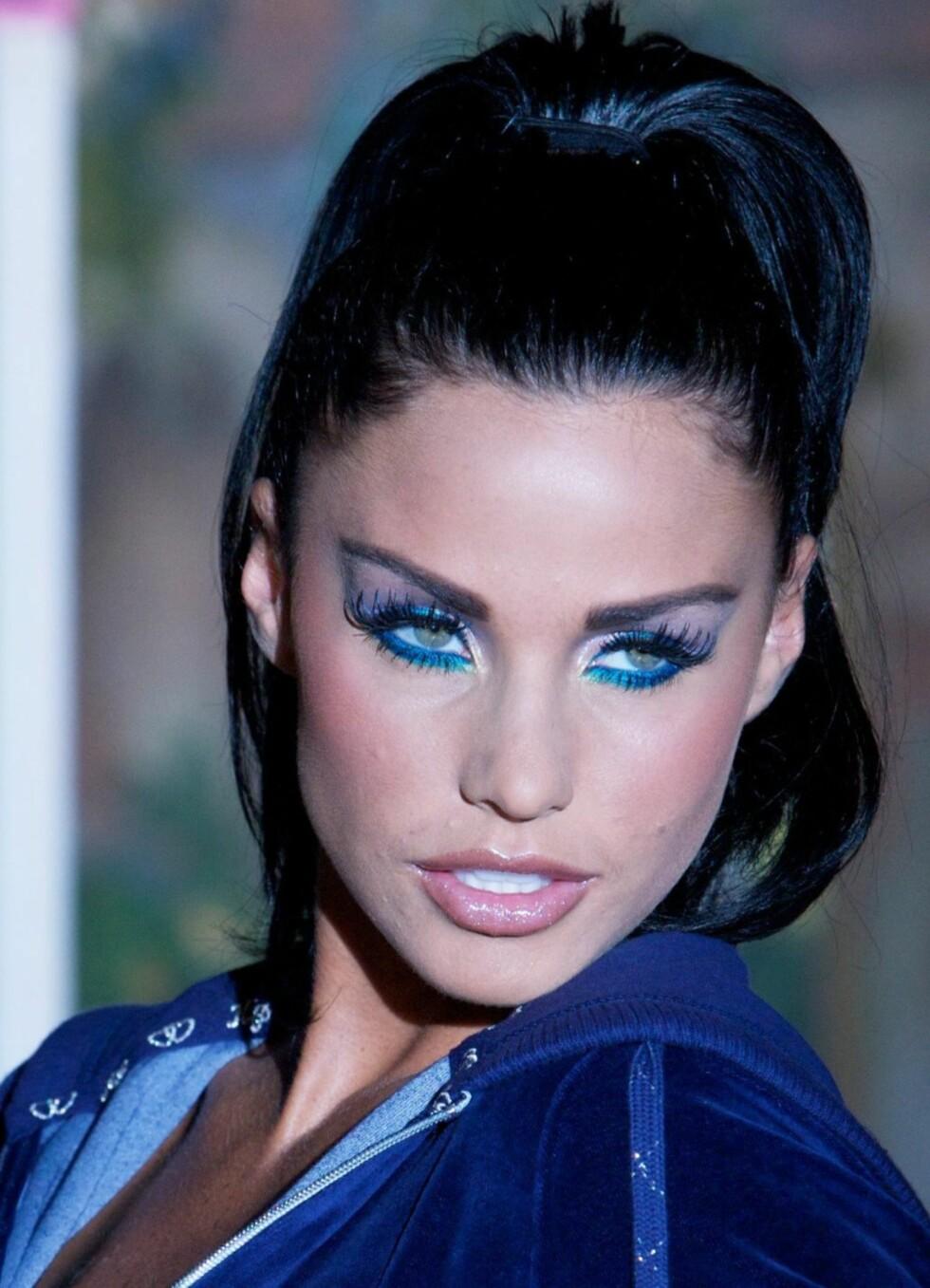 Katie PriceGlamourmodellen - også kjent som Jordan - har aldri vært sjenert av seg. Før hun giftet seg med Peter Andre (36) pirret hun nysgjerrigheten til både kvinnelige og mannlige fans med sin tvetydige oppførsel. Foto: All Over Press