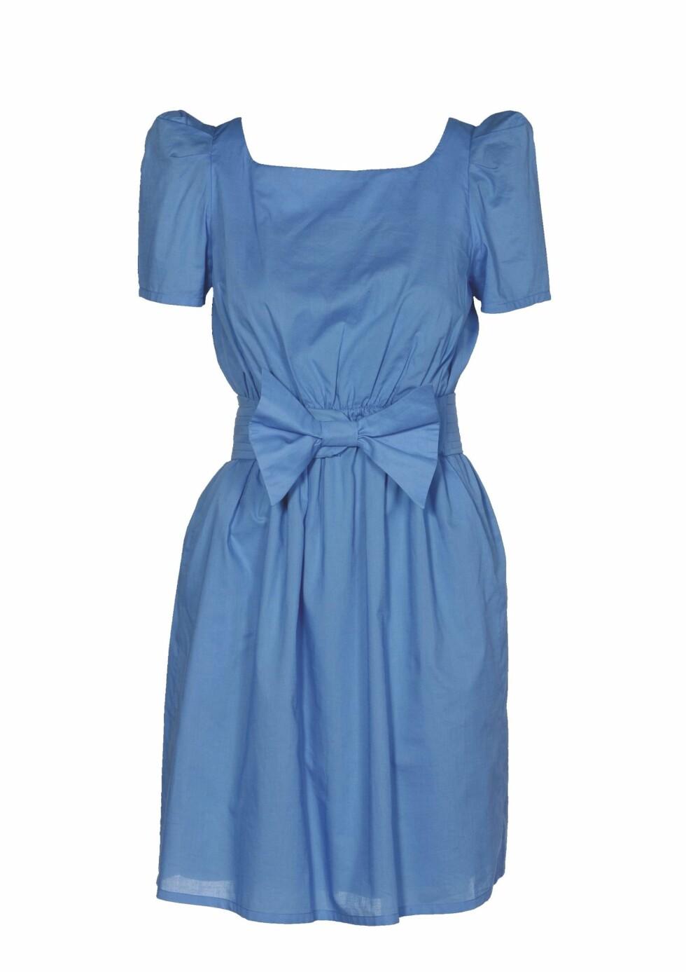 Snuppete kjole med sløyfe i livet og puffermer (kr 3400, Elton & Jacobsen).