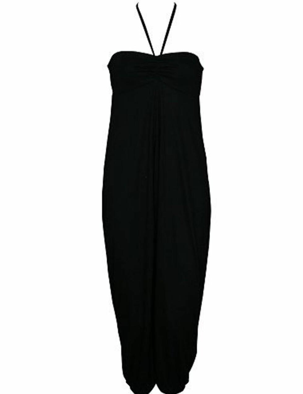 Stilig svart jumpsuit som kan pyntes opp og ned (kr 600, Modstrøm).