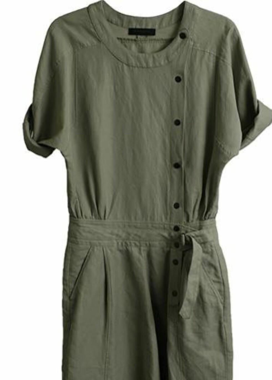 I militærgrønn bomull med knapper og snøring i livet (kr 2000, Bruuns Bazaar/Musthaves.dk).
