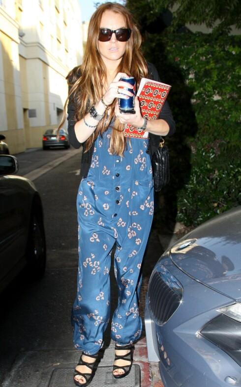 SAGGEBUKSE: Skuespiller Lindsay Lohan går for buksedresser av den løse og ledige sorten.  Foto: All Over Press