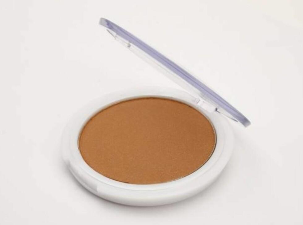 Cliniderm Summer Bronzing Powder Fin farge! Og en anelse skimmer gjør at den ikke virker helt matt. Den fungerer best på lysere hud eller hvis solfargen ikke har satt seg enda. Minus for litt medisinsk lukt og kjedelig design.Pris: kr 150Karakter: 2