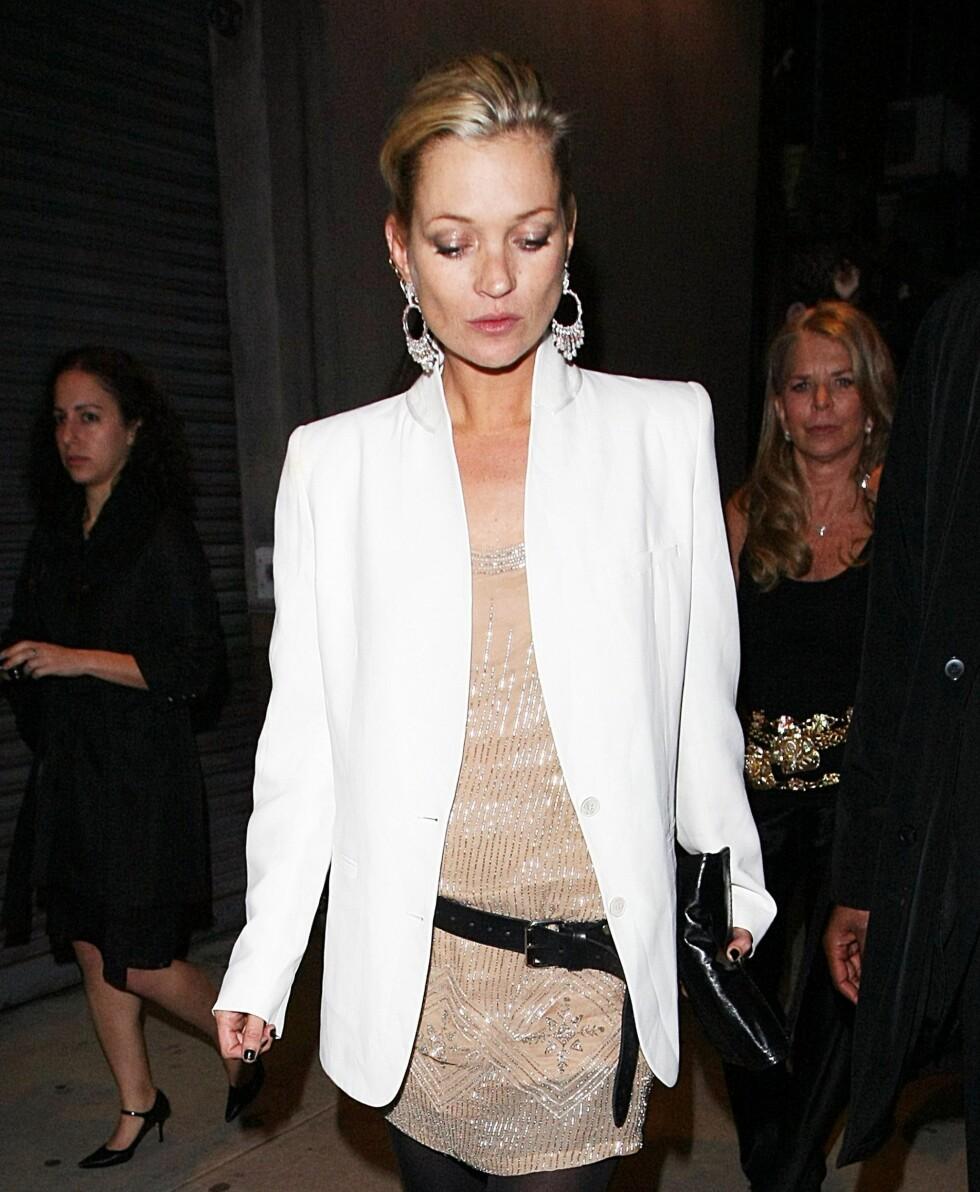 <strong>ROCKA 80-TALSTIL:</strong> Supermodell Kate Moss bruker jakken over en glitrende gullkjole med skinnbelte til. Foto: All Over Press