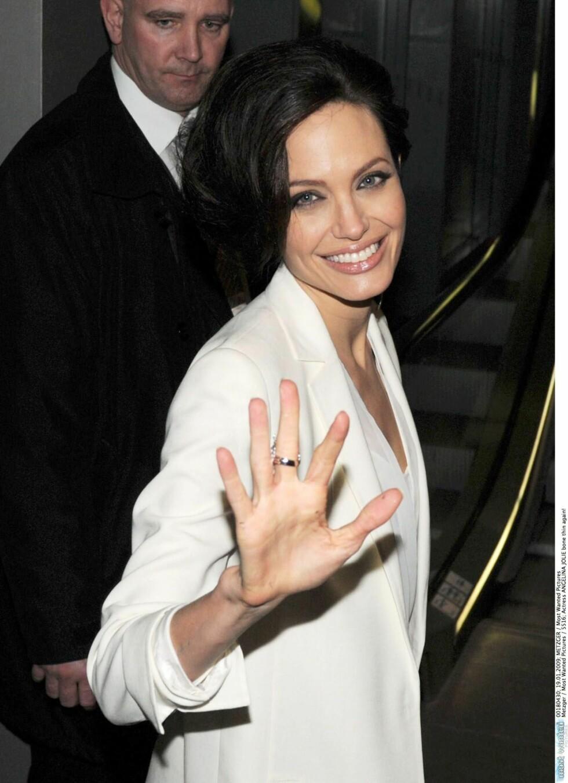 <strong>TON I TON:</strong> Skuespiller Angelina Jolie topper jakken med en hvit topp under. Foto: All Over Press