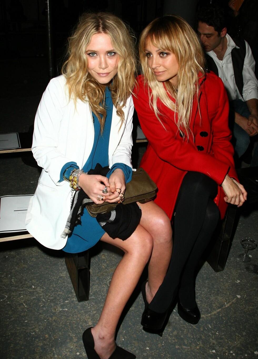 <strong>MED MASKULIN TVIST:</strong> Skuespilelr Mary Kate Olsen med oversized jakke over en petroleumsfarget silkekjole.  Foto: All Over Press