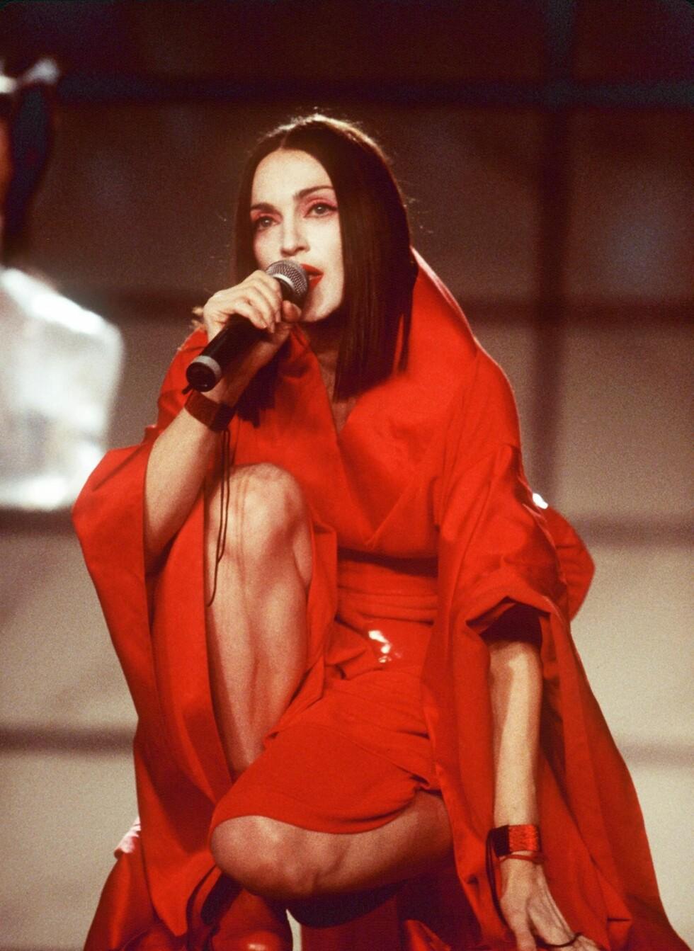 Madonna var også en trendsetter av stor stil gjennom hele 90-tallet. Også de mørke, dramatiske frisyrene hennes var det mange som hadde lyst på.  Foto: All Over Press
