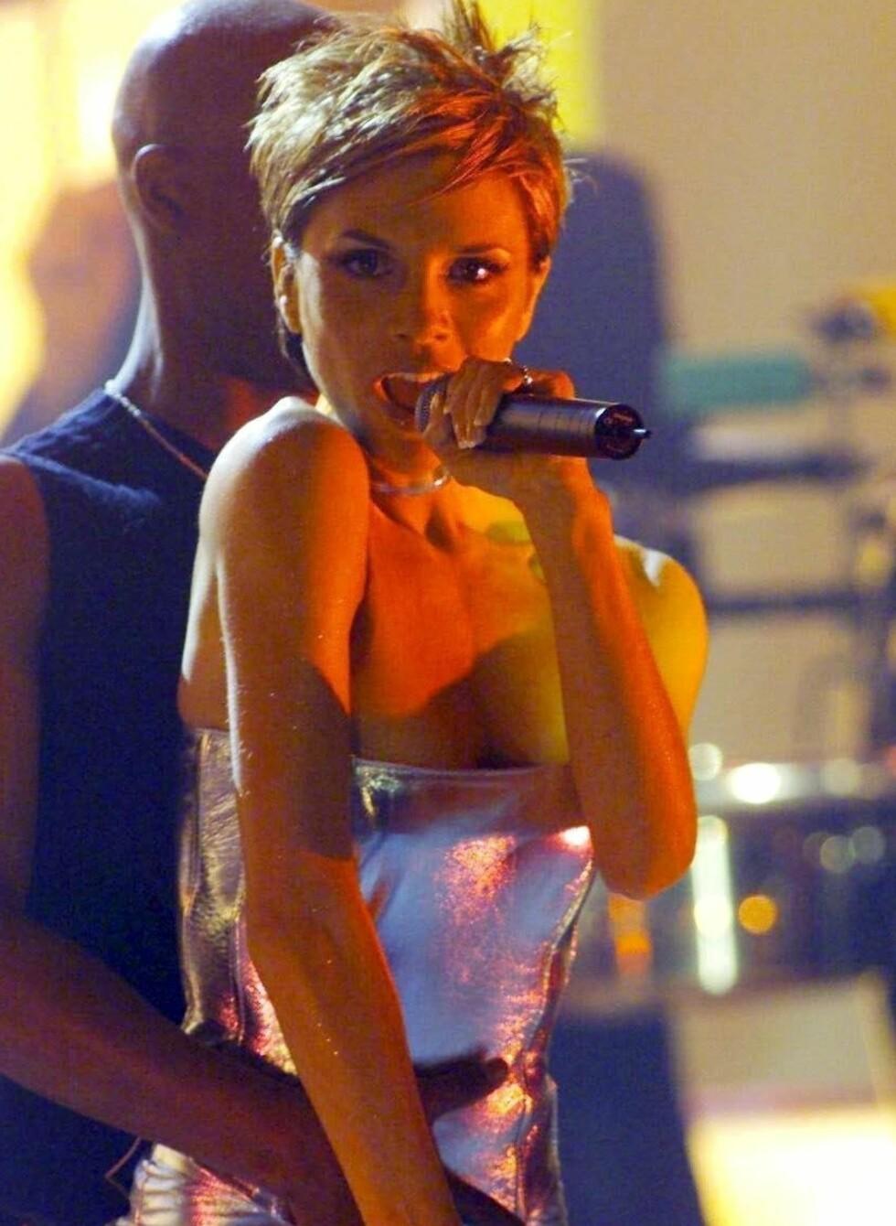 Den korte, bustete sveisen med flat pannelugg var en av 90-tallets trendvinnere. Her er Victoria Beckham, da kjent som Victoria Adams aka Posh i Spice Girls, som demonstrerer den rette looken.  Foto: All Over Press