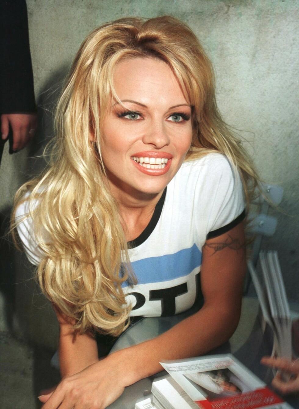 Pamela Anderson var superbaben i Baywatch. Og de blonde surfelokkene hennes var et yndet objekt for kopiering.  Foto: All Over Press
