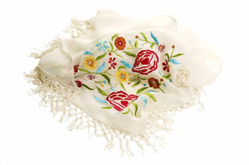 <strong>I BLOMSTERENG:</strong> Romantisk sjal med broderte blomster på (kr 150, Indiska).