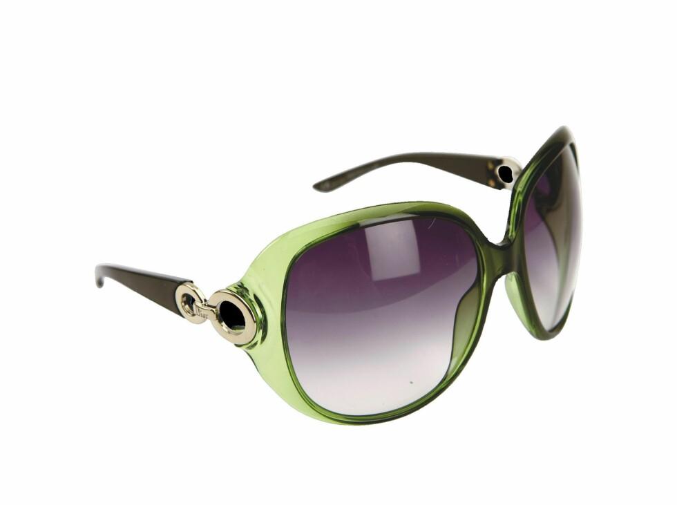 <strong>EN PLASS I SOLEN:</strong> Store briller i retrostil (kr 2915, Dior/Safilo).