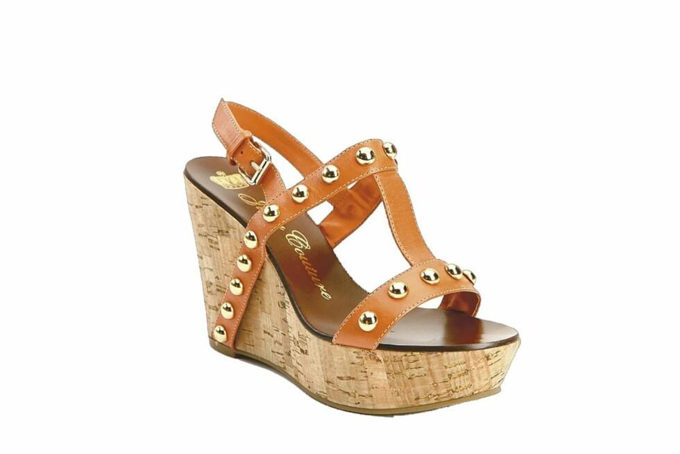 <strong>KILEHÆL I KORK:</strong> Tlff sandal i oransje med nagler (kr 1900, Juicy Couture).
