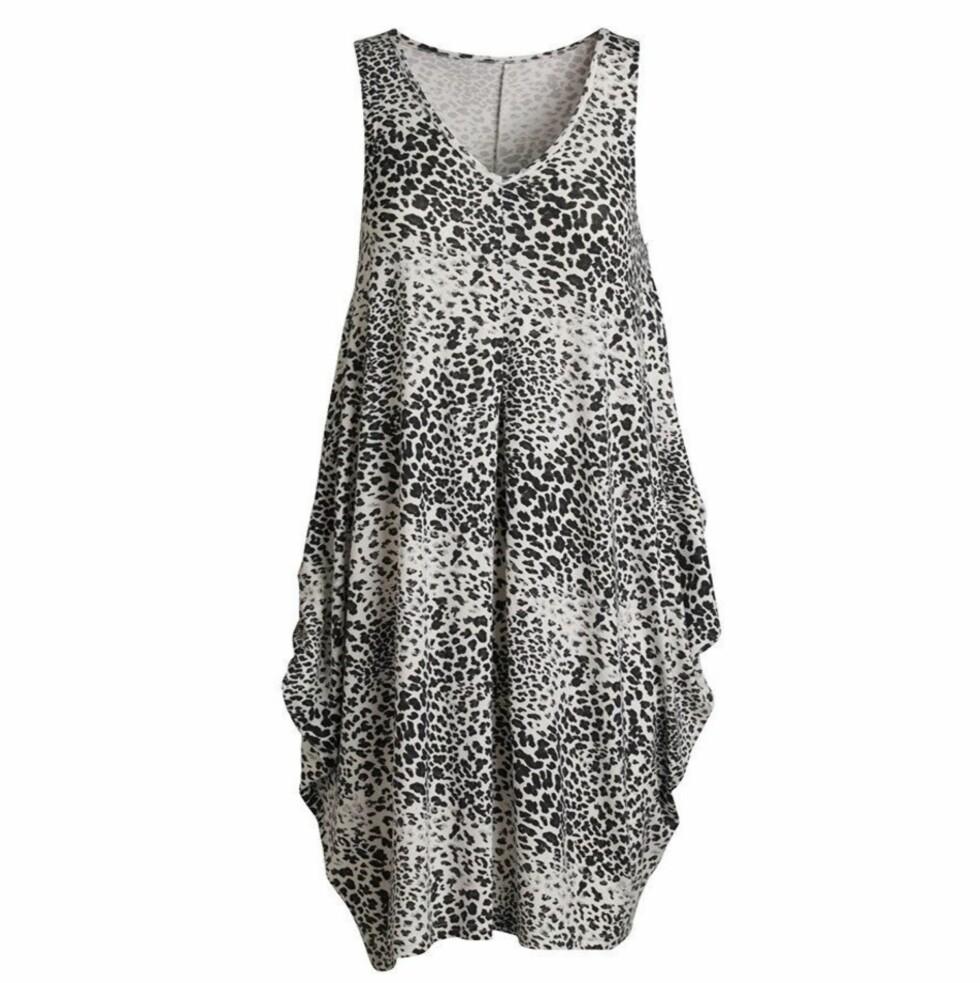 <strong>I DYRISK STIL:</strong> Rocka kjole som passer fint til sommerens trendy naglesandaler (kr 340, KappAhl).