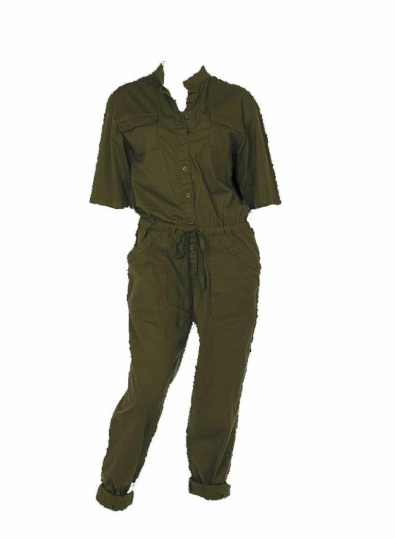 MILITÆRFARGET: Grønn dress med knapper, belte og lommer (kr 350, Ellos).