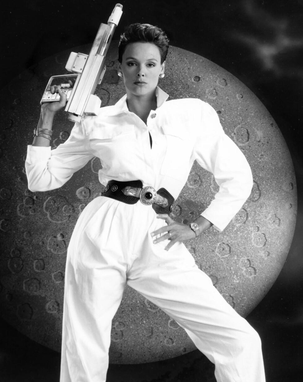 SÅNN SKAL DET GJØRES, BRIGITTE: Buksedrakten i all sin prakt - her på Brigitte Nielsen i filmen «Murder by Moonlight» fra 1989. Foto: All Over Press