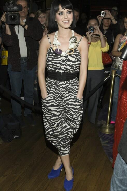 SEBRASTRIPER: Popstjerne Katy Perry bruker sin funky H&M-drakt til knall blå semskede skoletter.