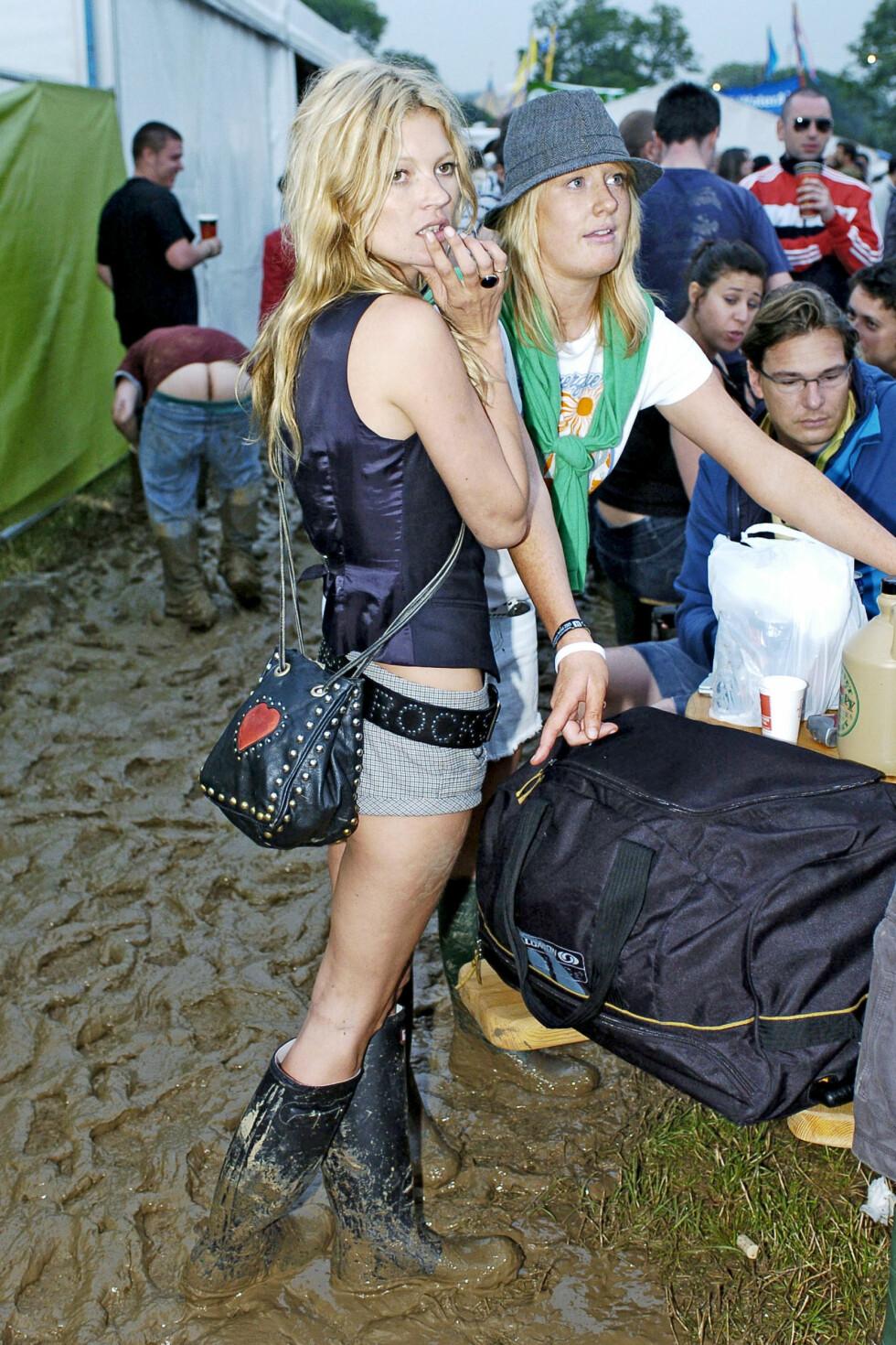 Det var her støvel-eventyret startet. Kate Moss i rocka liten shorts, svart vest og høye svarte Hunter-støvler godt plassert oppi gjørma. Foto: All Over Press