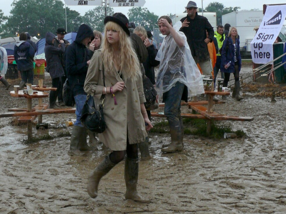 Peaches Geldof, rockedatteren til Bob Geldof, er både skodd og kledd for all slags vær med hatt på hodet, i romslig og lang frakk og selvsagt med et par mudrete støvler på bena. Foto: All Over Press