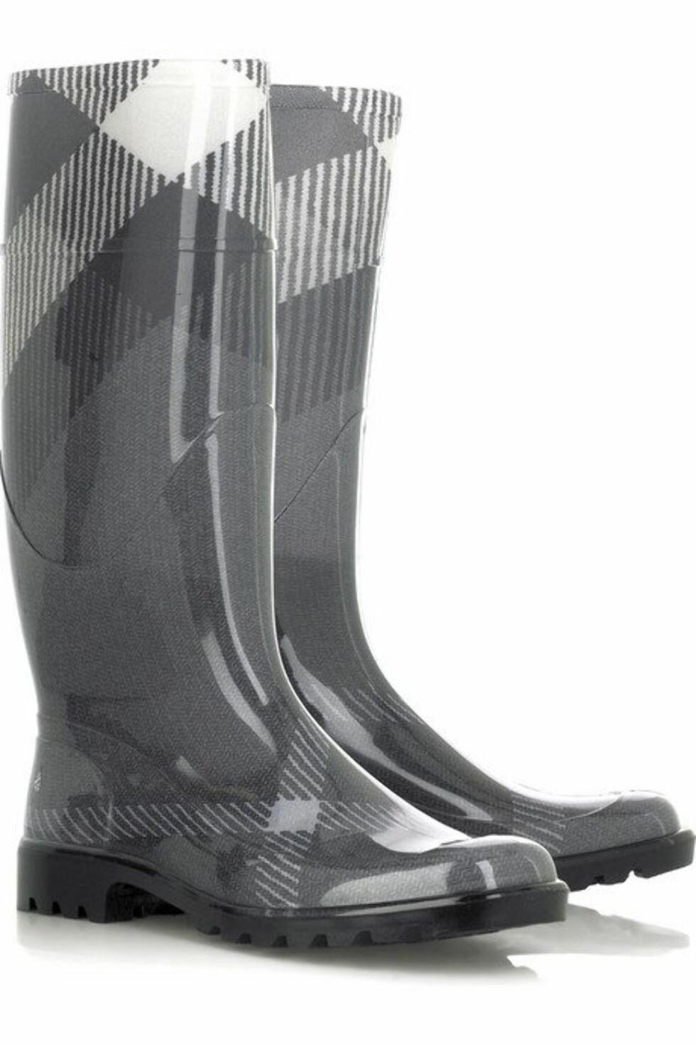 <strong>I GRÅSONEN:</strong> Urbane støvler med ruter (kr 1200, Burberry/Netaporter.com).