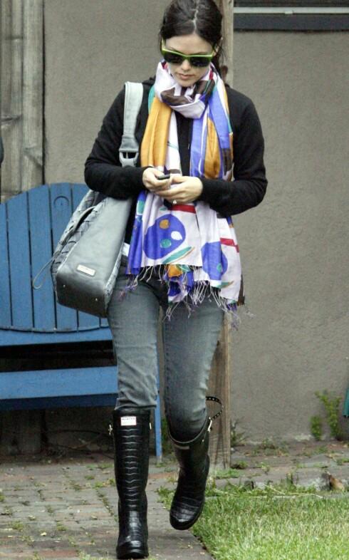 The O.C-stjernen Rachel Bilson går for krokoimiterte gummistøvler fra Hunter når det er ruskevær.  Foto: All Over Press
