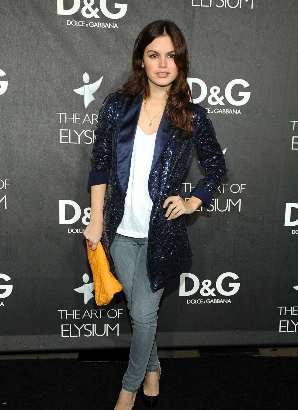 SMASHING STIL: Skuespiller og stilikon Rachel Bilson ser helt rå ut i sine smale jeans, glitrende superhippe jakke og gule konvoluttveske - for ikke å glemme den hvite avslappede trøya.  Foto: All Over Press